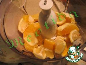 Делаем начиночку:   лимоны (с кожурой) и апельсин (без кожуры) измельчить в пюреобразную массу,