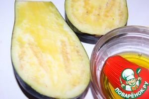 Закуска:   Баклажаны разрезать вдоль пополам и смазать оливковым маслом.
