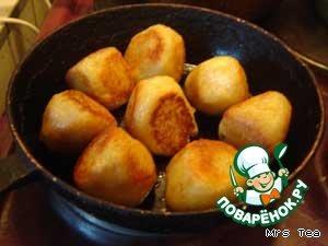 Разогреть сковороду и обжарить колдуны со всех сторон на растительном масле или жире до легкой корочки.