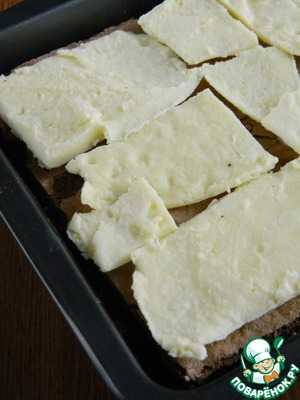 Кусочки крем-брюле.   Для того, чтобы разрезать, его надо достать из морозилки, тогда оно легко поддастся ножу.   Если будете запекать крем-брюле в той же форме, то можно будет выложить одним слоем.   Убрать в морозилку.