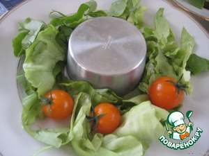 Перед подачей, с помощью формочек выложить закуску на тарелку и украсить салатом или овощами по вкусу и желанию.   Подавать блюдо можно также с жареными хлебными тостами или гренками.