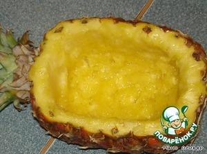 Ещё более аккуратно вырезаем из ананаса мякоть,    чтобы не продырявить нашу ёмкость.    Желательно получить стенки около 1 см.