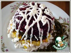 Перевернуть салатник на тарелку.    Украсить горку салата майонезом, кресс-салатом и морской капустой.      Приятного аппетита!