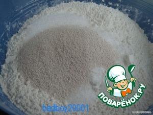 Муку просеять, посолить и перемешать, добавить сахар и дрожжи