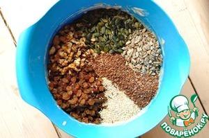 Духовку разогрейте до 180*С.    Формы для выпечки смажьте или выстелите бумагой для выпечки.   Я использовала 8 формочек для маффинов объемом 150 мл. Проще всего сделать в прямоугольной форме (или формах) для кекса.      В большой миске смешайте муку, овсяные хлопья, соду, специи и соль. Добавьте йогурт, коричневый сахар и мед, перемешайте. Затем добавьте изюм, орехи, кунжут и семечки, перемешайте.