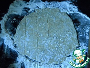На присыпанном геркулесовыми хлопьями и мукой столе раскатать каждую половину теста в тонкий круг диаметром около 25 см. Кончиком ножа провести полосы крест-накрест, не прорезая тесто до конца. Затем по этим полосам готовое печенье можно будет разломать.