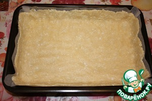 Take one half of the dough, arrange on the bottom and the walls of the mold.
