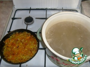 Boil chicken broth, strain, separate the meat from the bones. Fry the onions and carrots...
