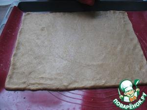 Вынимаем тесто из холодильника и раскатываем его в пласт в 0,5 сантиметра толщиной - примерно 24 на 30 по размеру. Нагреваем духовку до 150 с конвектором (если без, то температура должна быть больше). Ставим противень на 8 минут.