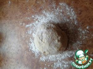 Замешиваем тесто не сильно крутое - так, чтобы свободно отставало от рук. После того, как тесто готово, оставьте его в п/э пакете, чтобы чуть отдoхнуло.