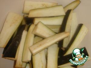 Баклажаны порезать на полоски шириной 1 см, длиной 5 см. Посыпать солью и дать постоять минут 30.