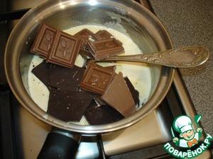В горячие сливки положите кусочки горького и молочного шоколада