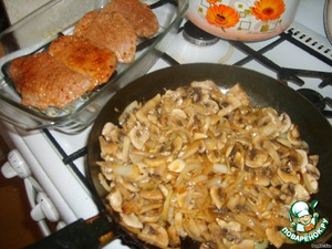 Fry the onion, when it become transparent add the mushrooms and fry until cooked mushrooms.