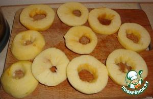 Вымытые яблоки,  и целые чистим от кожуры, и режем  кружочками. Серединку удаляем, чтоб был кружочек.