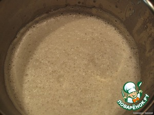 Из луковицы удаляем гвоздику. Добавляем грибы и лук в молоко, продолжая варить, взбиваем  блендером. Варить примерно 5 минут.