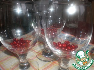 On the bottom of the jelly (it will be nice if you use a transparent form, for example, glasses) put a layer of pomegranate seeds, pour the jelly mixture (a small volume - 20 ml).  Put to harden in refrigerator for 2 hours, then pour the rest of mixture.