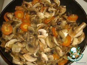 Добавляем порезанные грибы. Солим по вкусу. Перемешиваем. Обжариваем минут 10.