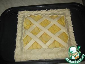 Кладем полоски на пирог с четырех сторон и очень хорошо прижимаем.