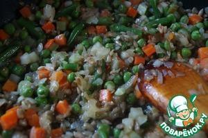 """Туда же добавить порезанные кубиками овощи. Овощи могут быть любыми, что даёт возможность получать каждый раз новый вкус: кабачки, тыква, помидоры, перец... Я взяла замороженные """"Весенние овощи"""". Жарить до готовности овощей 5-7 минут."""