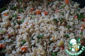 Добавить рис, тщательно перемешать, посолить и поперчить. Закрыть крышкой и на маленьком огне оставить доходить 5-7 минут. Готовое блюдо можно посыпать зеленью.