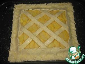 Смазываем пирог яйцом и посыпаем сахаром. Выпекаем в духовке при t=180-200C.