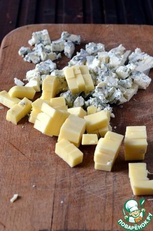 Нарезать мелкими кубиками сыр, орехи порубить.