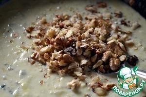 В лук влить молоко и дать покипеть 5 минут.   Добавить в молоко сыр и творог, дать им расплавиться, посолить, поперчить и приправить лимонным соком по вкусу.   Всыпать порубленные орехи, перемешать и снять с огня.