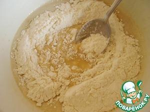 Муку смешать с солью и разрыхлителем, добавить в тесто. Очень хорошо, но аккуратно, перемешать.