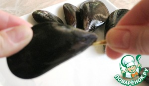 Then remove the part that looks like a piece of seaweed. Remove them in one firm motion, directed from the broad to the tapered portion of the shell. In order to open shellfish heat them in a pan for a few minutes and remove from heat once clams open themselves.