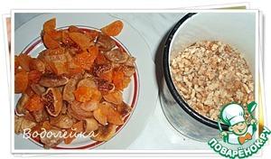 Сухофрукты предварительно замочить в горячей воде минут на 10-15. После промываем их, немного отжимаем и режем на кусочки (не очень мелко). Орехи измельчить (но не делать из них крошку!) 0.5 ст. оставить для украшения.