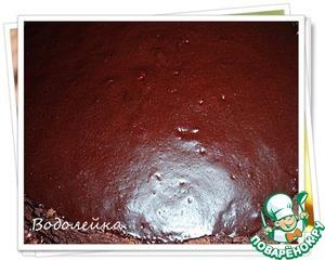 Глазурью обмазываем верх и бока торта.