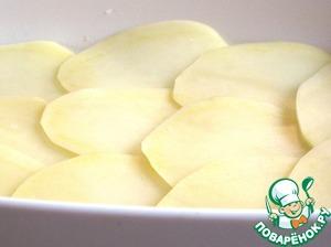 Затем уложить слой картофеля. Посолить, поперчить и вновь слегка сбрызнуть оливковым маслом.