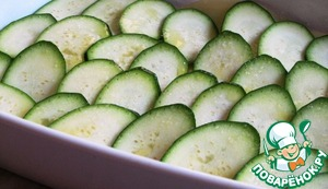 The next layer of zucchini and add again salt, pepper and butter.