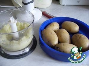 Отварить картошку в мундире примерно до полуготовности. Я эту процедуру продела в микроволновке (примерно 7-8 мин. при полной мощности, добавив в емкость 3 ст. л. воды).