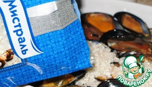 """Аккуратно засыпаем слой сырого риса """"Италика"""" от Мистраль. Этот сорт замечательно подходит для этого блюда. Он послужит """"связующим звеном"""" в текстуре и пропитается всеми вкусовыми нотами овощей и мидий."""