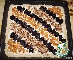 Сверху творог украшаем грецкими орехами, изюмом и черносливом.