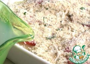 И наконец, последний подготовительный этап - тонкой струйкой, влейте отфильтрованную жидкость мидий. Это придаст гармоничный и полный вкус всем ингредиентам. Таким же образом добавьте воду, стараясь не повредить панировку. Жидкость должна доходить почти до верхнего слоя картофеля, прикрывая низлежащий слой риса.