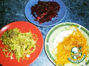 Сливочное масло растопить в сковороде, добавить лимонный сок. Потушить в этой смеси овощи, по отдельности, в течение 2–2,5 мин., чтобы они стали мягкими, но остались хрустящими. Посолить и поперчить.
