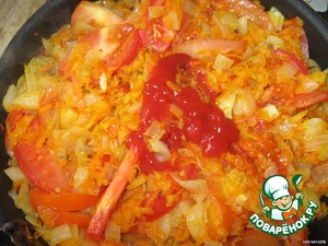 In the remaining mixture frying slice the tomatoes and put a couple of tablespoons of tomato sauce or ketchup, continue to simmer