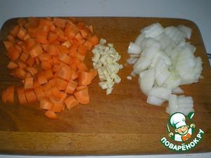 Лук, чeснок, морковь тоже порезать.