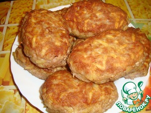 "Immediately say, that the amount of ingredients are approximate, all make ""the eye"".  Stuffing three raw potatoes on a coarse grater, add one egg, salt, pepper and thoroughly kneaded. Then formed big burgers, like the barrels, dip them in flour and fry on a fairly high heat until Golden brown. The point of this stage is to fix the shape of cutlets and give the taste of fried, they were not ready."