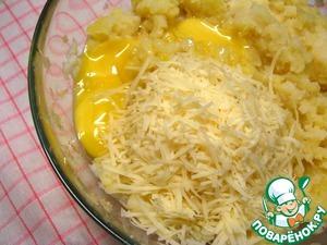 Добавить желтки, соль и 6 ст. л. тертого пармезана.