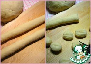 Скатать колбаски толщиной в палец и нарезать их кусочками шириной по 3 см. Каждый кусочек приплюснуть вилкой.
