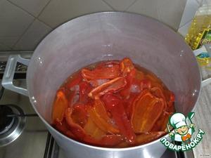 Все составляющие маринада смешиваем, кипятим. Порциями кладем перец, варим 12 мин.