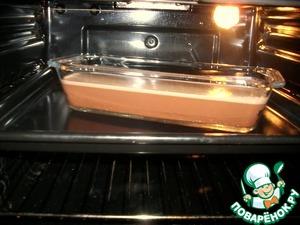Отправить в духовку, разогретую до 150*С, на водяную баню (поместить форму в противень, залитый кипятком до половины формы).
