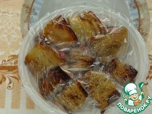 Заворачиваем и замораживаем.    Удобно для этого пользоваться одноразовыми тарелками.   Вместо грудки можно положить поджаренную куриную печень или бекон.