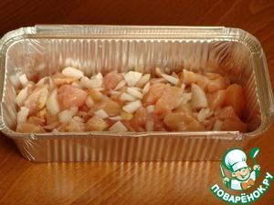 Про заморозку в таких формах можно писать бесконечно, наполнять их можно, чем угодно.      Вот вариант: Заготовка из курицы с овощами.      Курицу (у меня грудка) режем на кусочки, добавляем соль, перец, лук.