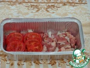 Следующий вариант. Мякоть свинины режем, добавляем соль, перец, лук. Сверху укладываем помидоры,