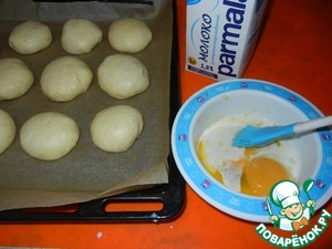 Preheat the oven to 180 degrees. Coat the baking pan with baking paper and spread our buns seam side down. Mix the egg yolk with the remaining tablespoon of milk and lubricates our rolls.