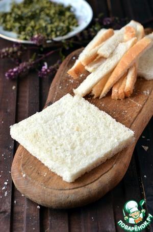С хлеба для тостов срезать корочку, пройтись по нему скалкой.